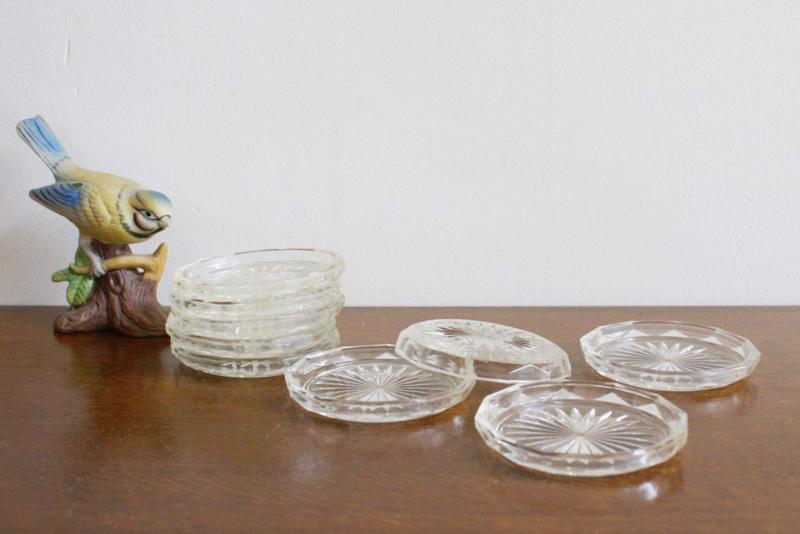 9 vintage onderzettertjes van glas. Set romantische glazen onderzetters