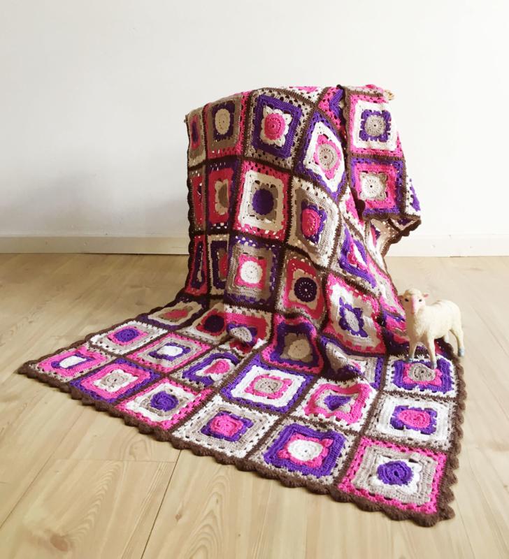 Kleurrijke gehaakte vintage sprei in o.a. paars en bruin.Handgemaakte retro deken