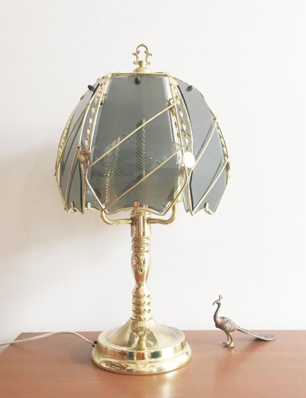 Grote goud kleurig lamp met rookglazen kap. Vintage tafellamp / nachtlampje