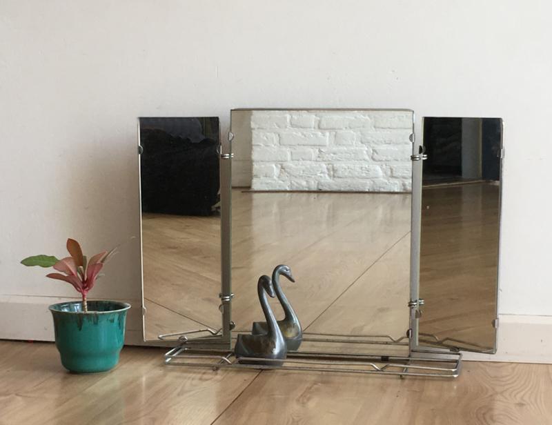Vintage drieluik spiegeltje. Oude retro halspiegel met missend planchet