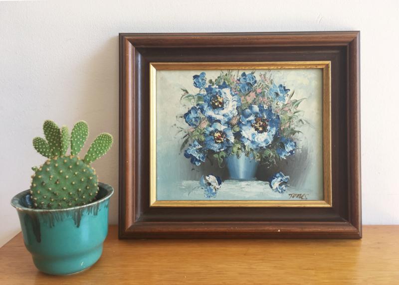 Klein blauw bloemstilleven in houten lijst. Olieverf schilderij op doek