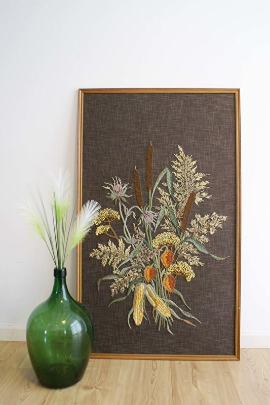 Fantastisch groot geborduurd 'schilderij'. Handgemaakt vintage bloemstilleven op bruine stof.