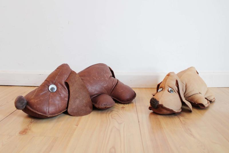 Twee leren vintage knuffel honden. Lederen retro lapjes teckel/ knuffelbeest