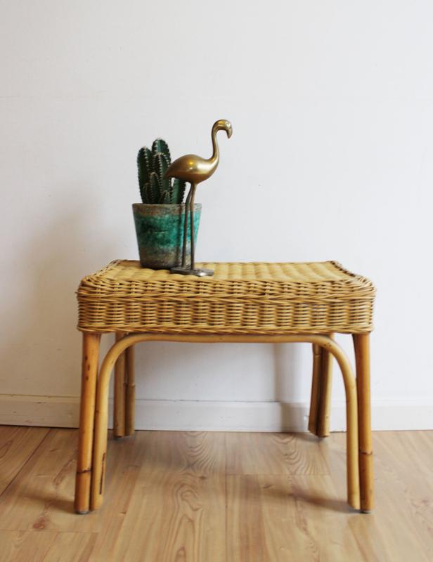 Rieten vintage tafeltje. Bohemian bijzet / planten tafel van rotan.
