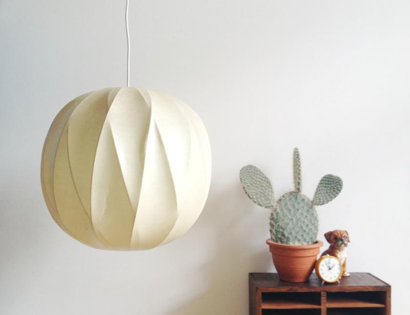 Mid century vintage cocoon hanglamp. Space age design lamp in  Castiglioni stijl