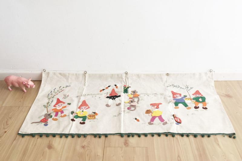 Handgemaakt vintage wandkleed met kabouters. Retro wanddecoratie