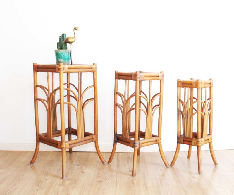 Set vintage plantentafels van rotan. 3 rieten Boho tafeltjes