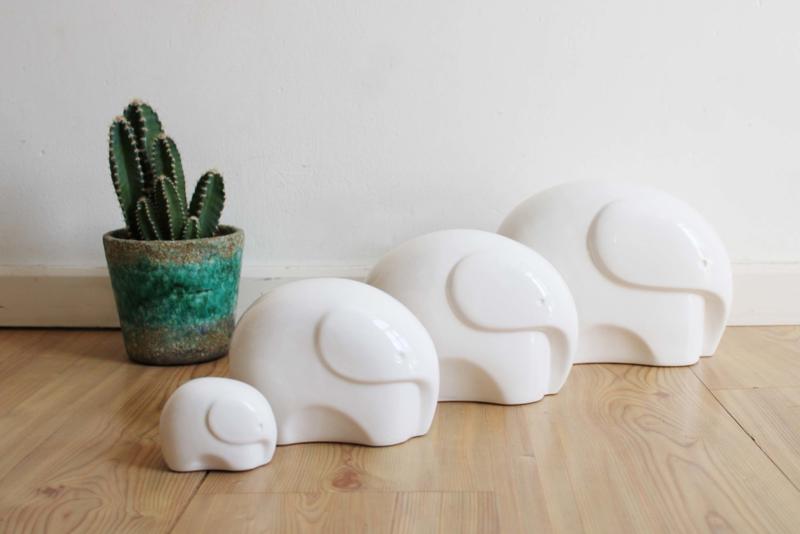 Set vintage olifanten beeldjes van wit aardewerk. 4 retro olifanten