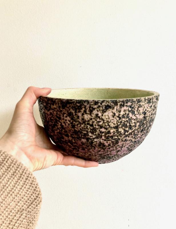 Vintage berken bloempot. Retro aardewerk pot met groene binnenkant