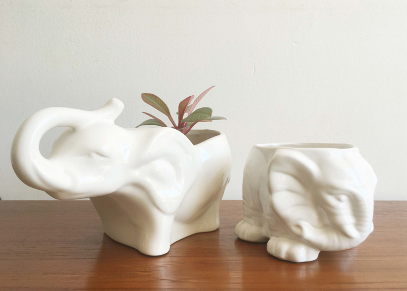 Set witte vintage olifanten potten. 2 aardewerk retro bloempotten