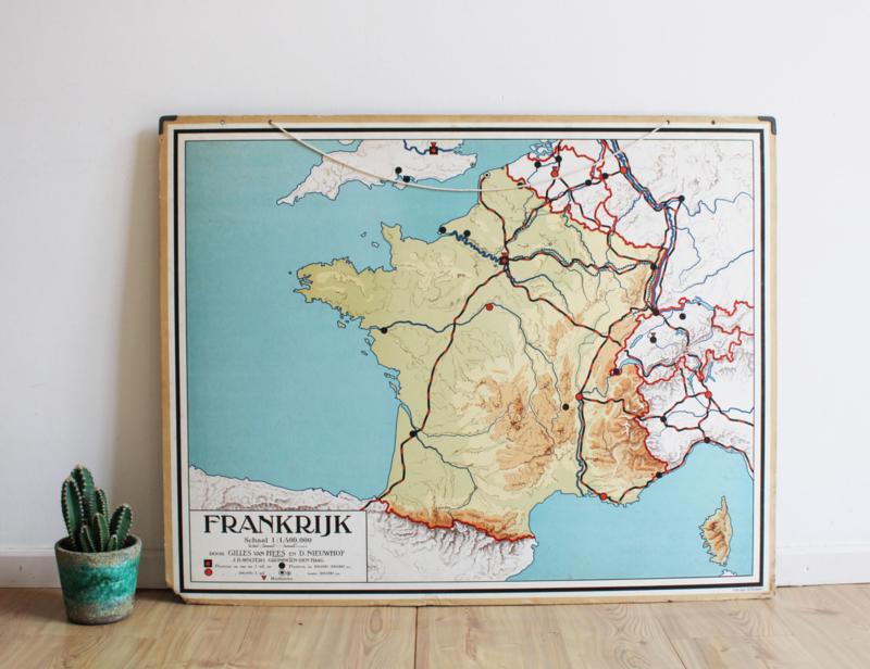 Vintage schoolplaat van Frankrijk. Oude retro landkaart / poster op karton.
