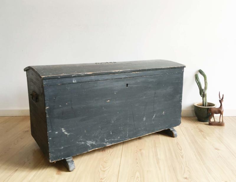 Grote zwarte vintage kist. Antieke houten hutkoffer/dekenkist