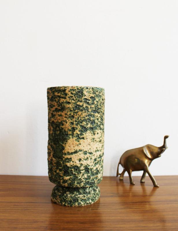 Vintage berkenbast vaasjes. Retro aardewerk vaas met groene binnenkant