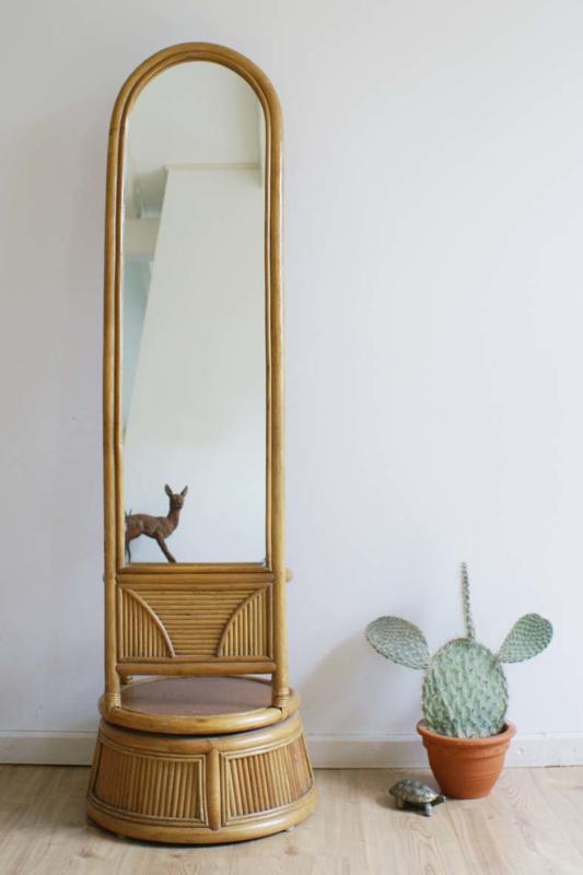 Te gekke vintage/Boho staande spiegel van rotan. Hoge retro draaibare passpiegel