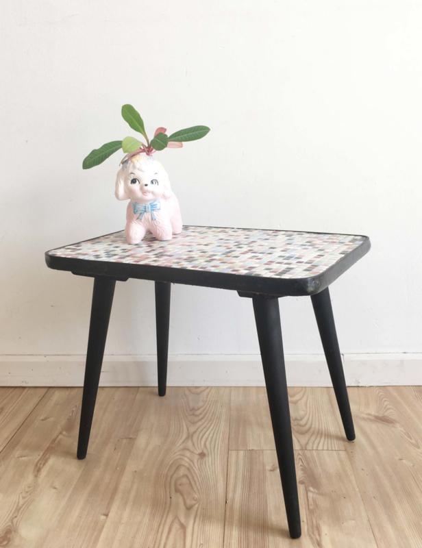 Houten vintage tafeltje met tegeltjes blad. Retro plantentafel/bijzettafel