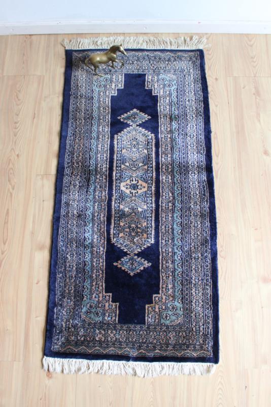 Handgemaakt vintage Perzisch tapijt.  Blauw Oosters bidkleed / loper.