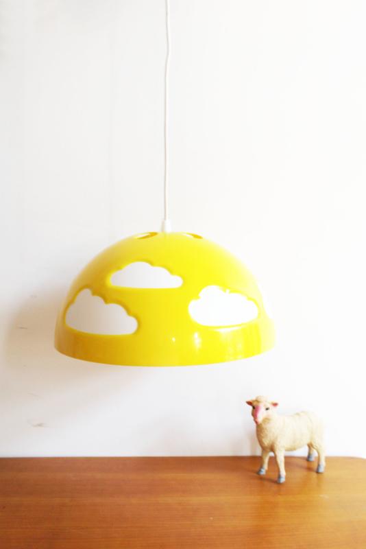 Gele retro wolken lamp van IKEA - Skojig.  Vrolijke kinderkamer lamp.