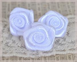 Satijnen roosjes wit met blauwe gloed. Per 10