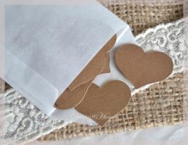 Pergamijn zakje gevuld met 50 hartjes in vele kleurtjes