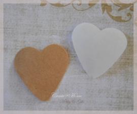 Gegomde kraft papier hartjes in 2 kleuren. Per 10