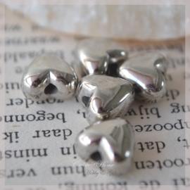Metal look zilver hartjes. Per 10