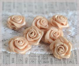 Satijnen roosjes beige. Per 10