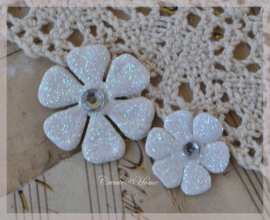 Bloemetjes wit parelmoer met plak diamantje in 2 afm. Per 2