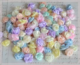 Satijnen roosjes, pastelkleuren. Per mix van 50