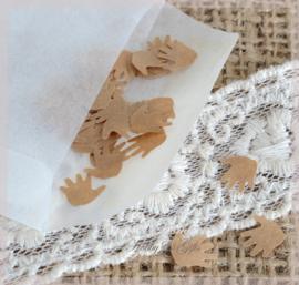 Gegomde kraftpapier handjes bruin/wit in een pergamijn/kraft zakje