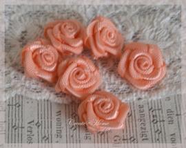 Satijnen roosjes abrikoos. Per 10