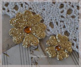 Bloemetjes goud met plak diamantje in 2 afm. Per 2