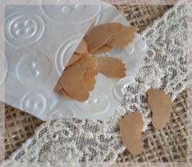 Gegomde kraftpapier voetjes bruin/wit in een pergamijn/kraft zakje