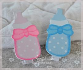 Knijpertjes babyflesje roze of blauw. Per 5