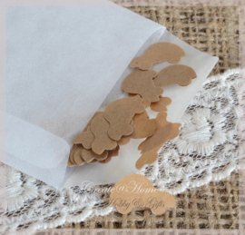 Gegomde kraftpapier autootjes bruin/wit in een pergamijn/kraft zakje