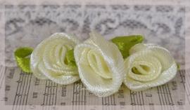 Satijnen roosjes zachtgeel. Per 5