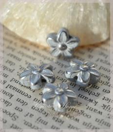 Metal look wit/zilver bloem. Per 10