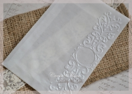 Bewerkte pergamijn loonzakjes, sierlijke rand. Per 10