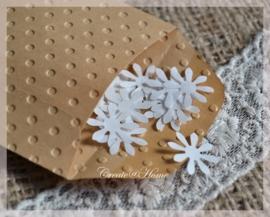 Gegomde bloemetjes bruin of wit in een pergamijn of kraft loonzakje
