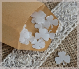 Gegomde kraftpapier klaverblaadjes bruin/wit in een pergamijn/kraft zakje