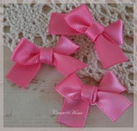 Satijnen strikjes roze. Per 10