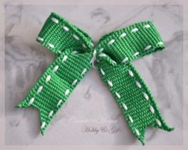 Strikjes groen met witte stiksel. Per 5