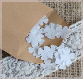 Gegomde kraftpapier klavertjesvier bruin/wit in een pergamijn/kraft zakje