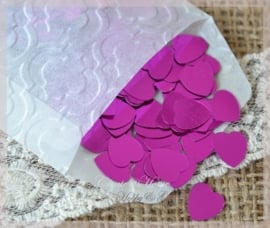 Pergamijn zakje gevuld met hardroze kunststof hartjes