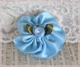 Satijnen bloemen met rijggaatje lichtblauw. Per 5