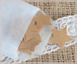 Gegomde kraftpapier sterren in het bruin/wit in een pergamijn/kraft zakje