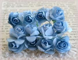 Papieren roosjes blauw. Per 10