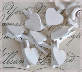 Knijpertjes hout wit met een hartje. Per 5