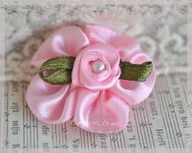 Satijnen bloemen met rijggaatje roze. Per 5