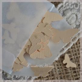 Pergamijn zakje gevuld met 50 vlindertjes in vele kleurtjes