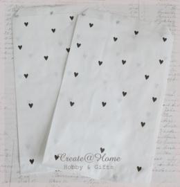 Papieren cadeauzakjes wit met zwarte hartjes. Per 10